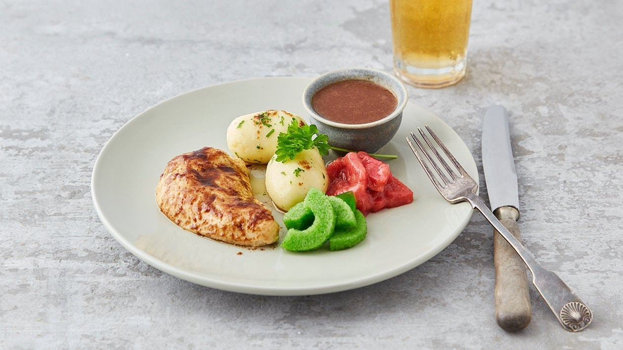 Stekt kyllingbryst med poteter, brun saus, agurksalat og rabarbrakompott – Oppskrift