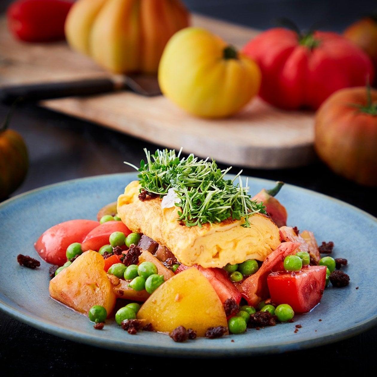 Karseomelett med syltet tomat, ferske bondebønner og quinoacrunch – Oppskrift