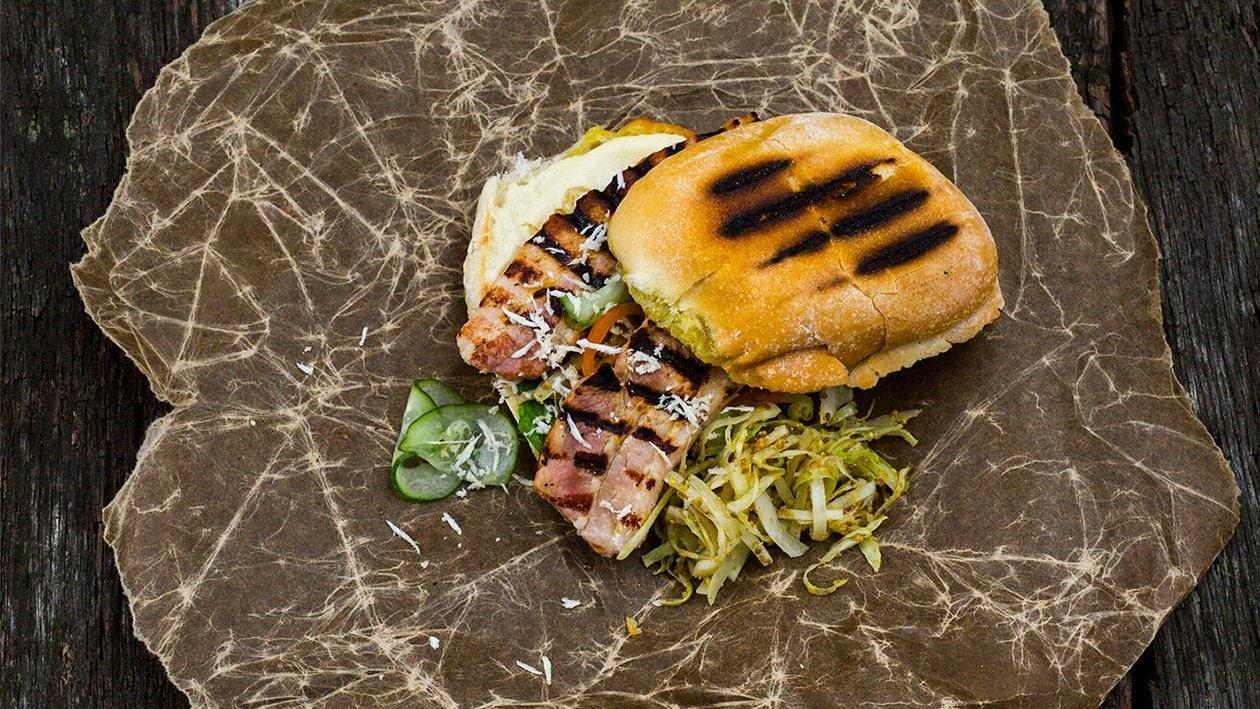 Sandwich med sideflesk, pepperrot, bakt hvitkål, sylteagurk og dijondressing – Oppskrift