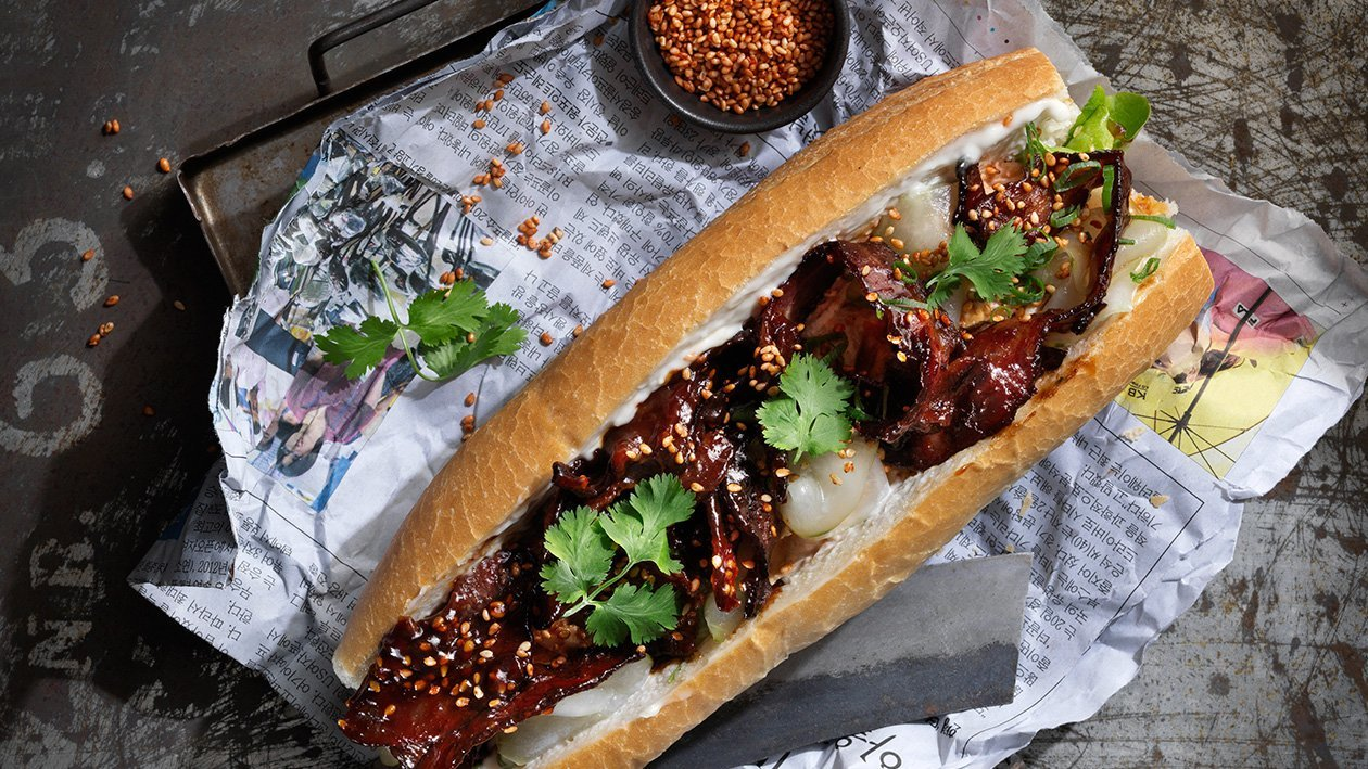 Banh mi med hoisinbacon, kyllingsalat og koriander – Oppskrift