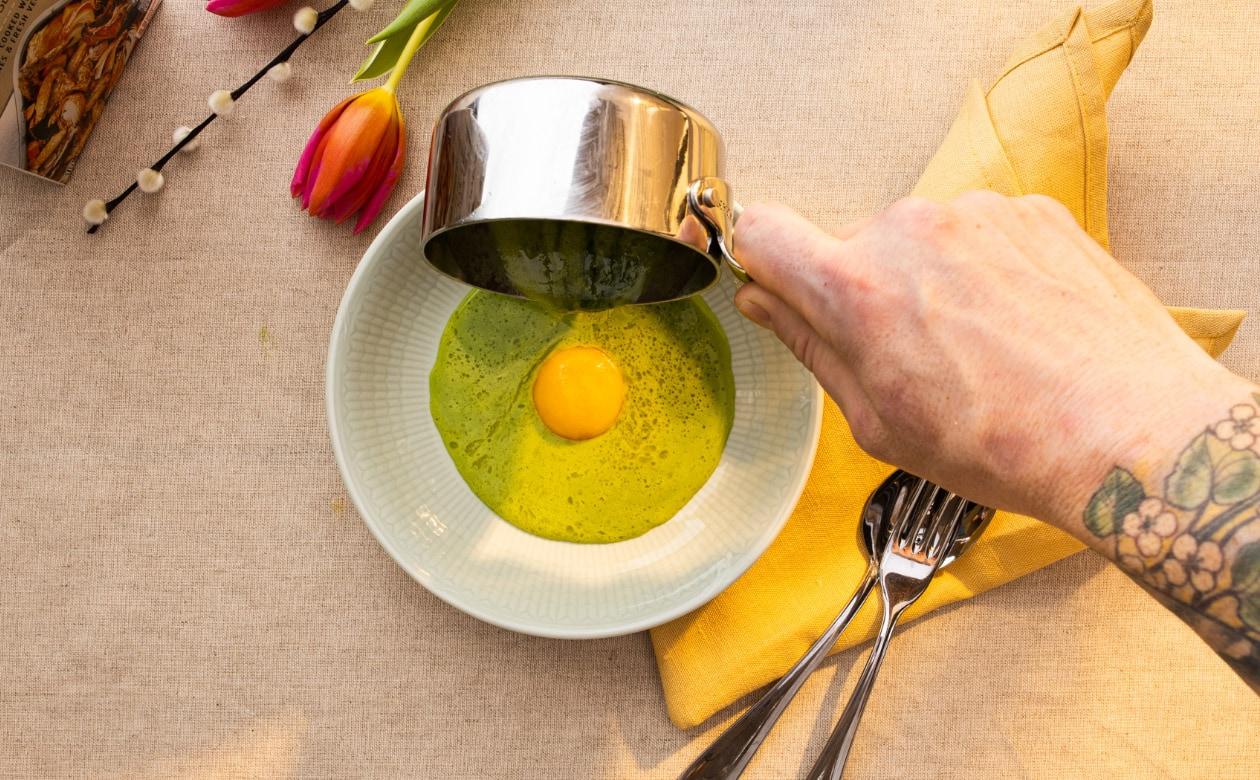 Brenneslesuppe med røkt eggeplomme – Oppskrift
