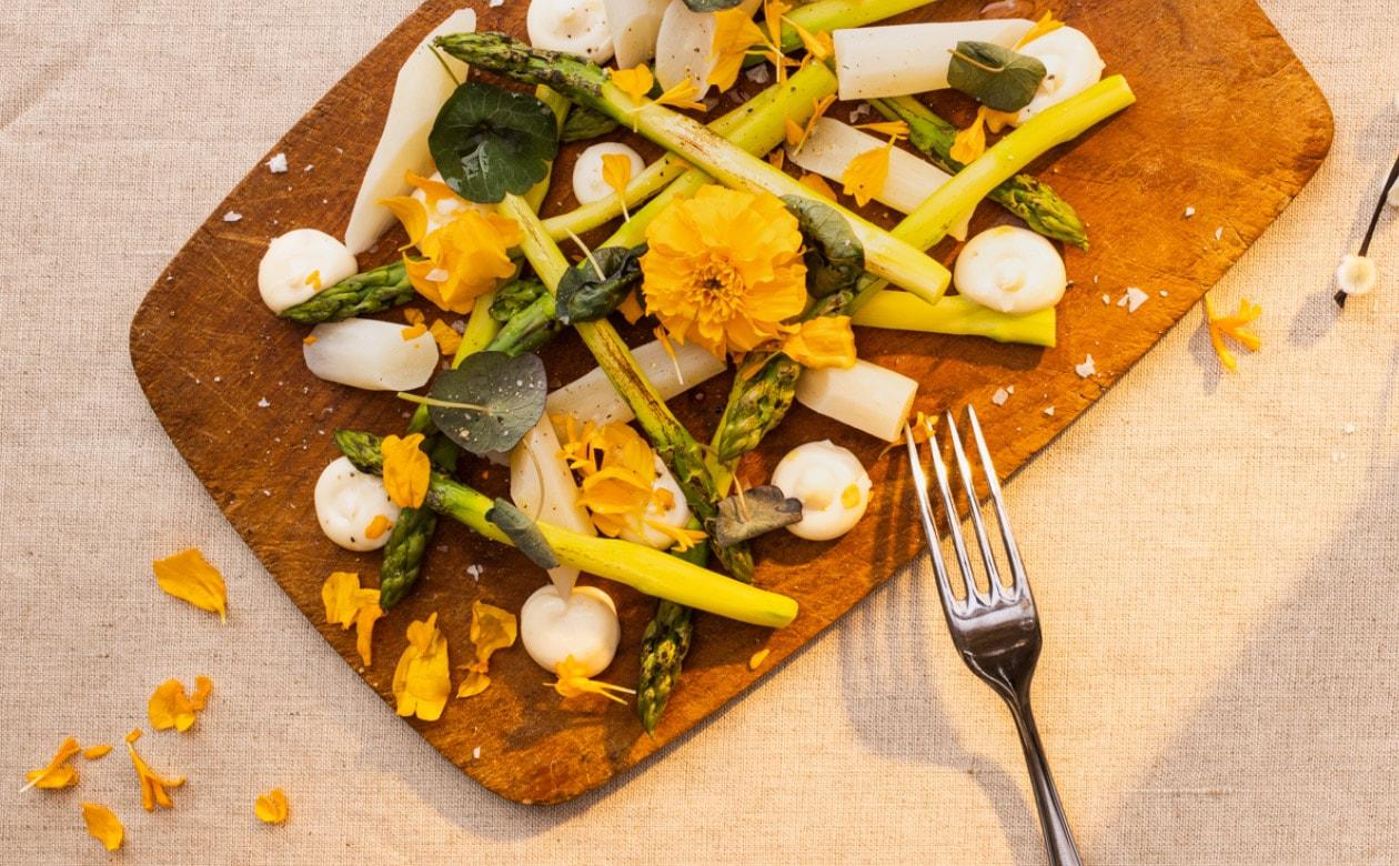 Innkokt hvit asparges med hylleblomstemulsjon – Oppskrift
